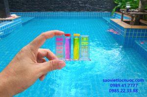 PH hồ bơi cao có hại không